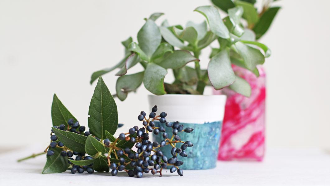 Beauty-Recycling: DIY-Blumentöpfchen im Marmorlook mit Nagellack