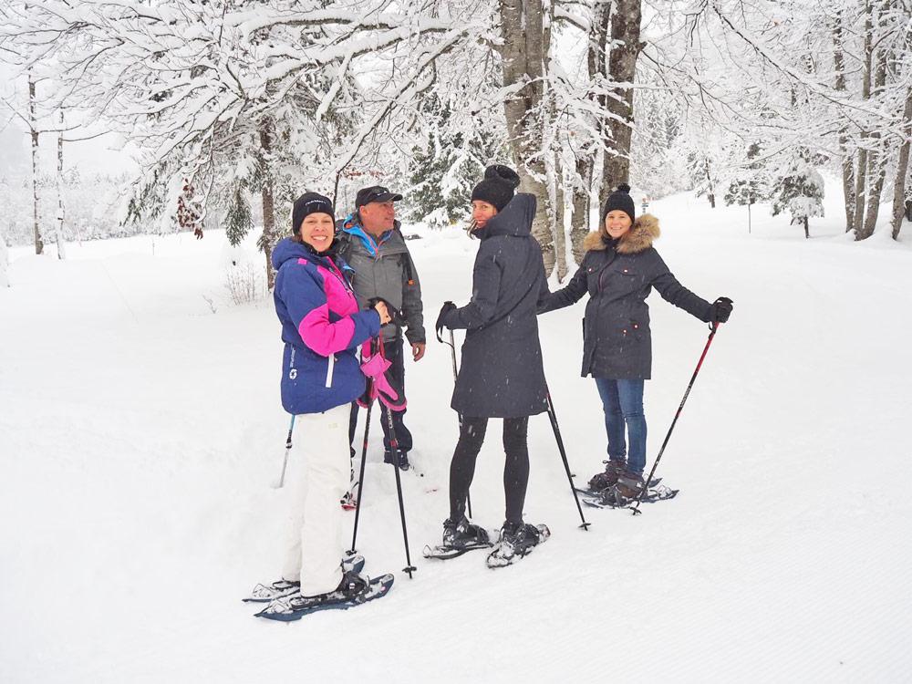 sonrisa feiert eine sportliche Premiere in Schneeschuhen während der Wanderung durch Sixt Fer a Cheval.