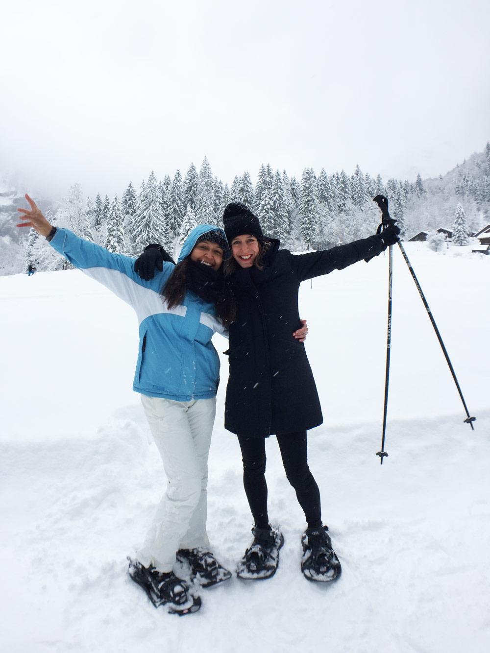 sonrisa und currently wearing mit Schneeschuhen unterwegs in den französischen Alpen.