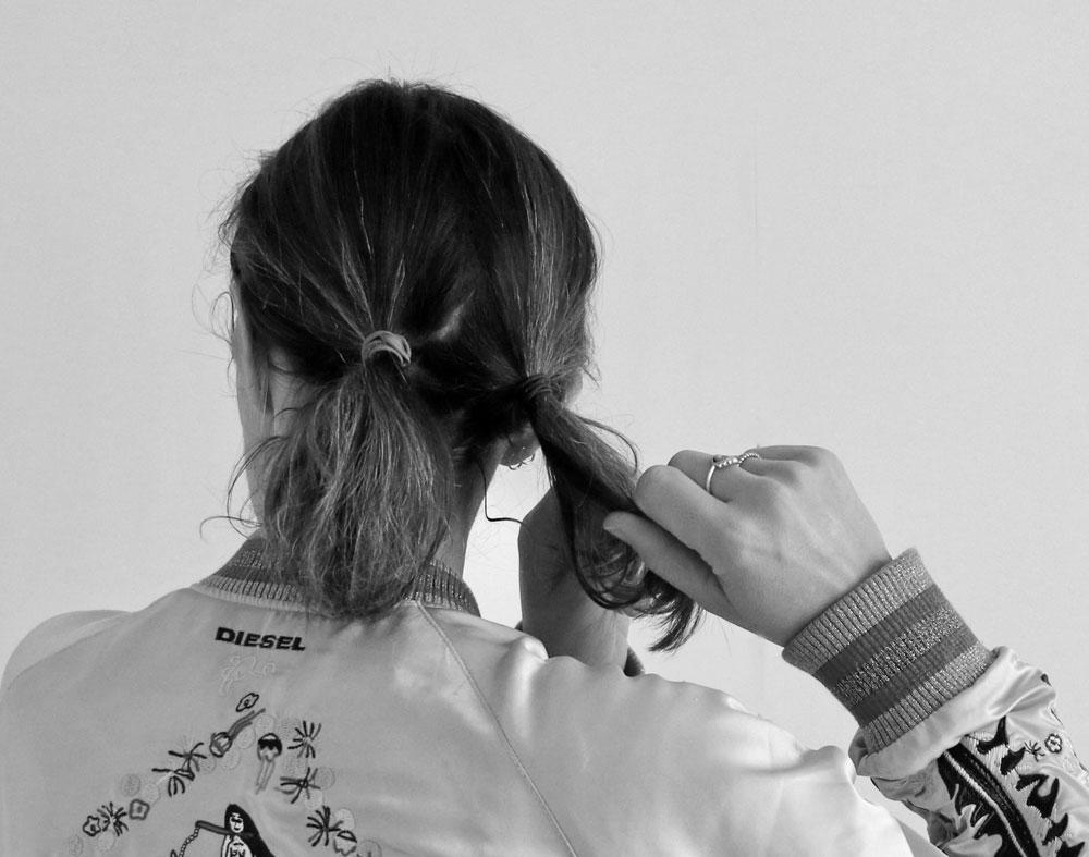 Frisuren Tutorial für eine schnelle Hochsteckfrisur, Schritt eins