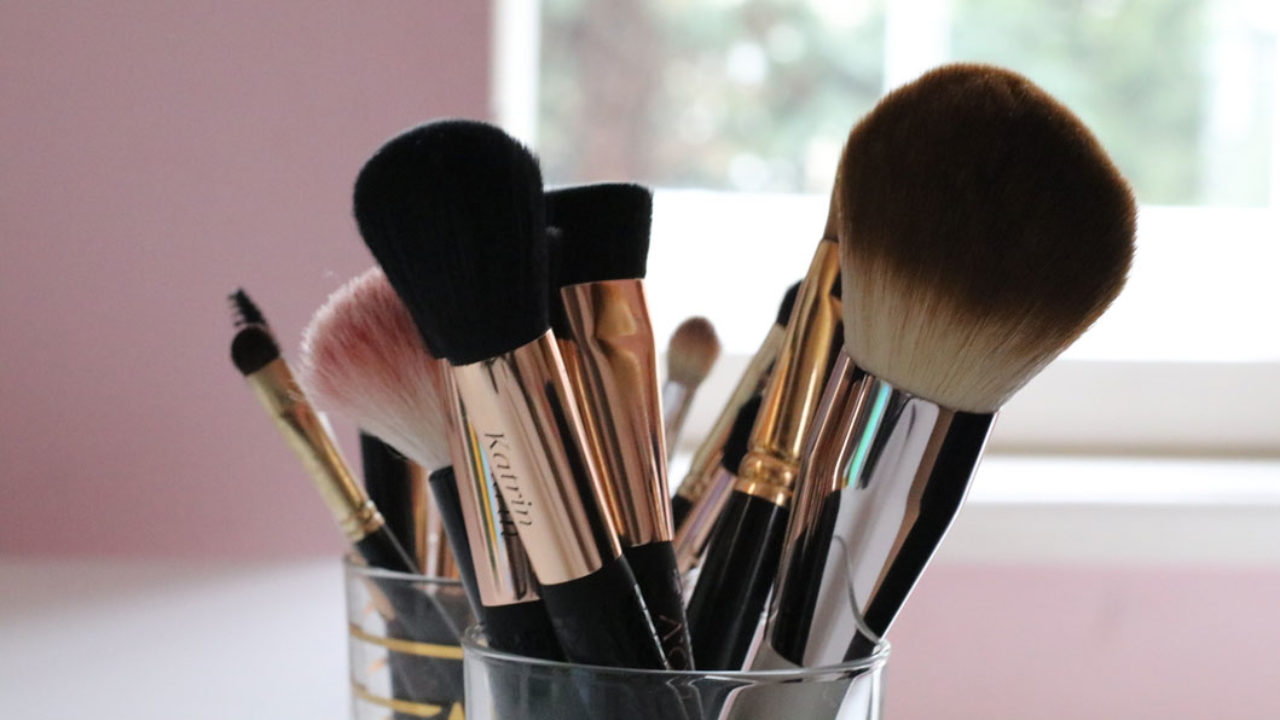 Schminkpinsel reinigen leicht gemacht: auf sonrisa.ch gibt es die besten Tipps für saubere Pinsel