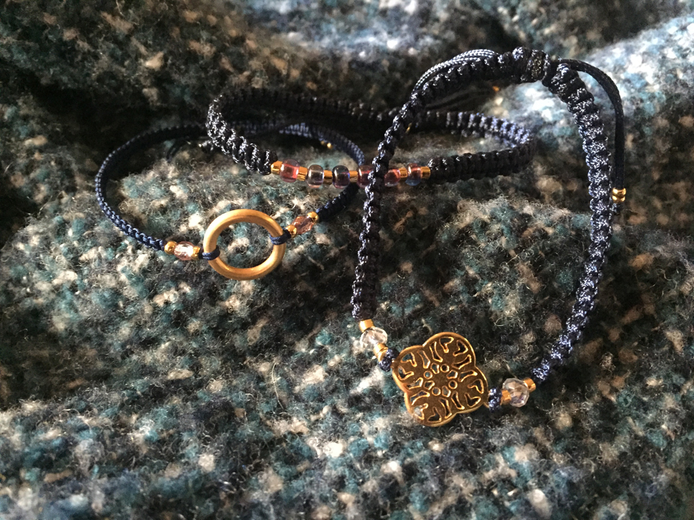 Die Armbänder von Pour-Vous werden in der Schweiz von Hand hergestellt.
