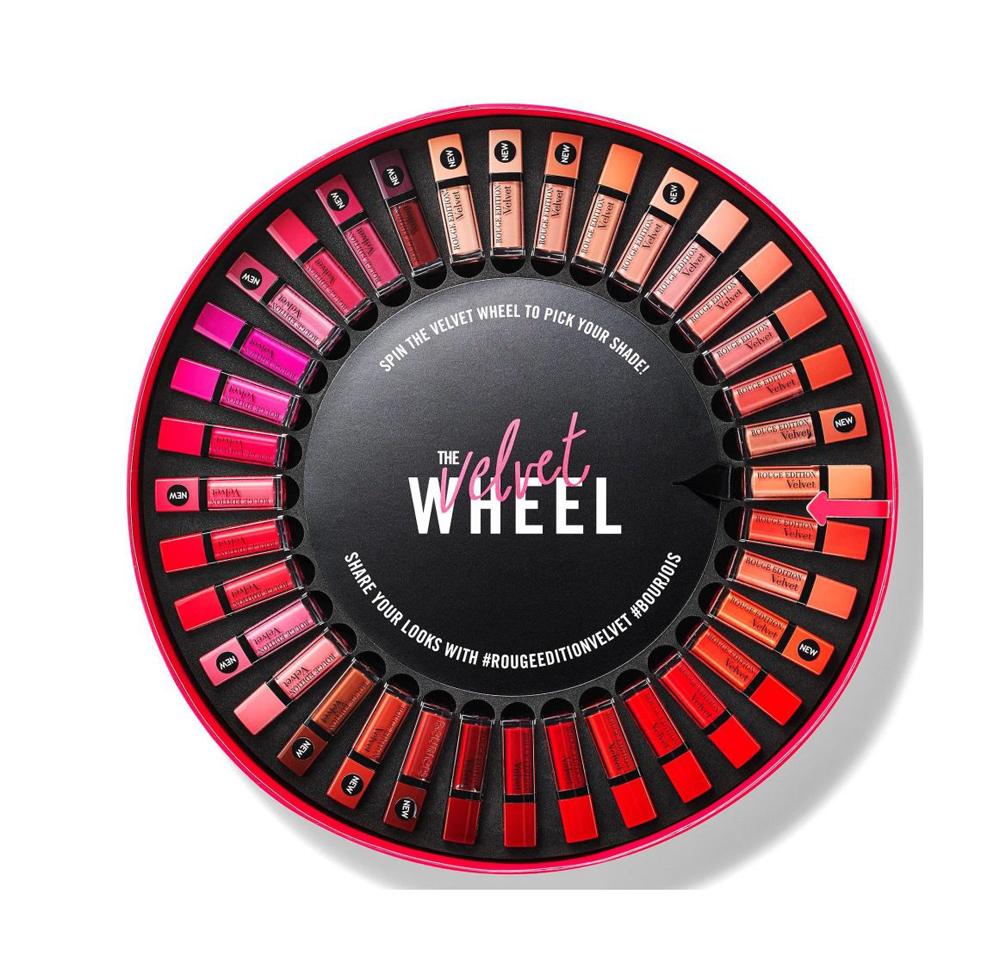 Das Rouge Velvet Glücksrad mit 36 Lippenstiften von Bourjois verwandelt jedes Bad in ein cooles Beauty-Casino!