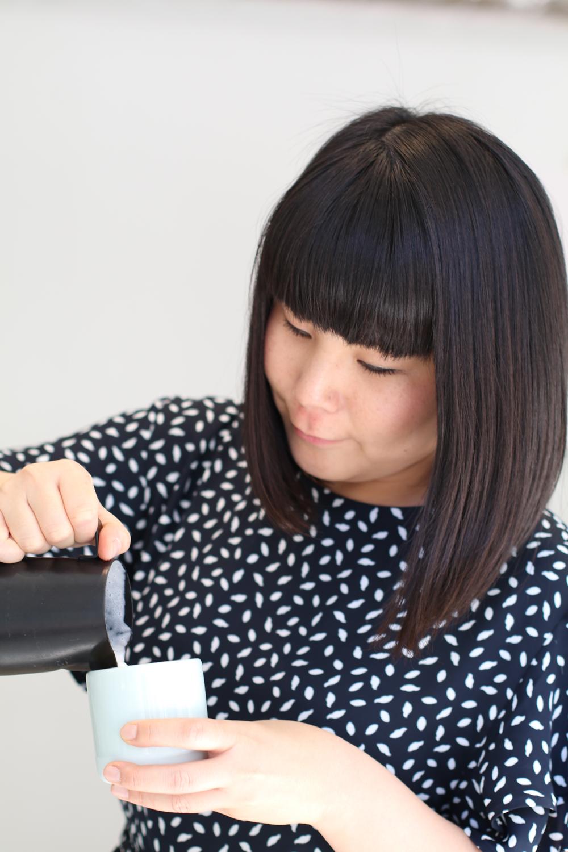Philips-Botschafterin und Star-Basista Emi zeigt am Beispiel der Philips Kaffeevollautomaten, wie man daheim einen perfekten Cappuccino zubereitet.
