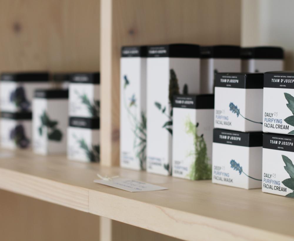 sonrisa testet eine Gesichtsbehandlung mit Produkten von Team Dr Joseph im Hammam Basar in Zürich.
