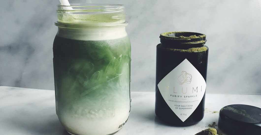 Erfrischender Sommerdrink mit Beauty-Bonus: Ylumi Iced Latte.