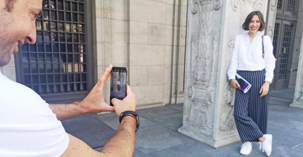 """Klick! Klick! Profi-Fotograf David Biedert verrät in der neuen Serie """"sonrisa x Huawei: a beginner's guide for the perfect foto"""", wie man auch als Laie schöne Fotos macht. Ohne Spiegelreflex-Kamera, sondern mit einem Smartphone. Dem neuen Huawei P20 Pro, um genau zu sein, mit dem gemäss Hersteller jedes Bild gelingt."""