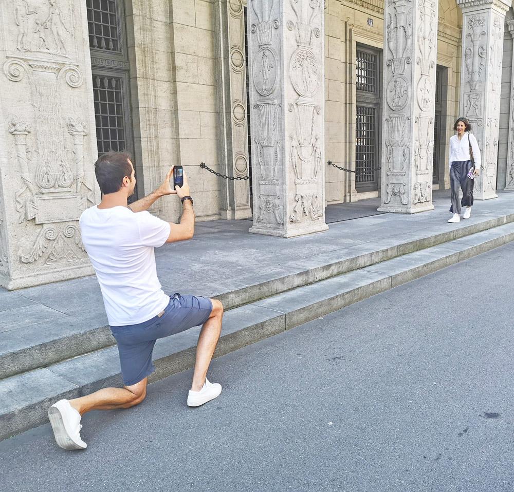 """Klick! Klick! Profi-Fotograf David Biedert verrät in der neuen Serie """"sonrisa x Huawei: a beginner's guide for the perfect foto"""", wie man vor der Kamera des neuen Huawei P20 Pro die perfekte Pose schafft."""