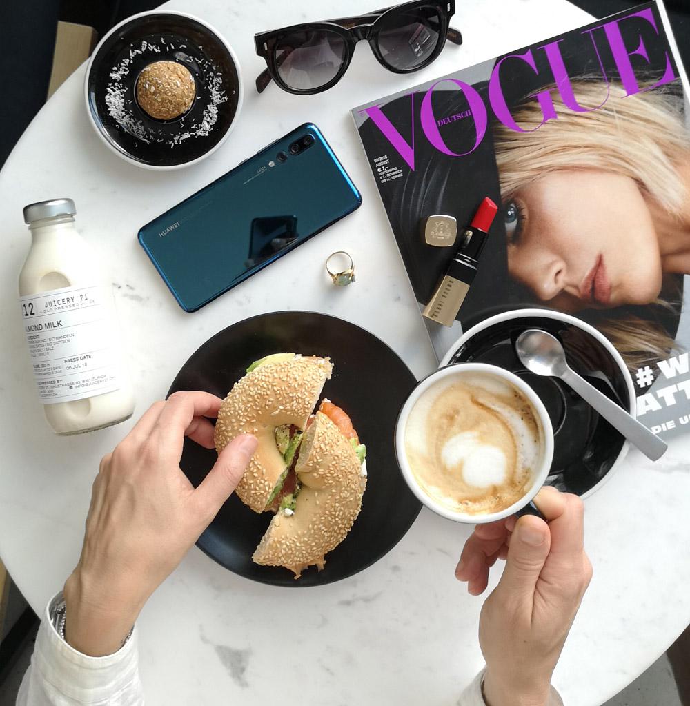 """Klick! Klick! Profi-Fotograf David Biedert verrät in der neuen Serie """"sonrisa x Huawei: a beginner's guide for the perfect foto"""", wie man mit der Kamera des neuen Huawei P20 Pro schöne Flatlays macht."""