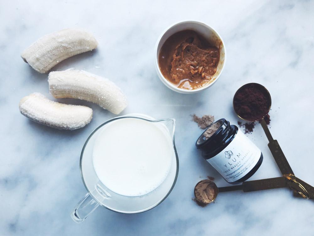 Schmeckt gut und macht schön: Der vegane und zuckerfreie Ylumi Choco-Banana Dream mit Ylumi Coco Beauty Sparkles, welche die Kollagenproduktion anregen und für innere Balance sorgen.