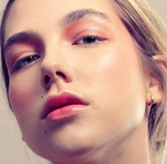 Makeup Artist Sandra Gimmel verrät auf sonrisa, mit welchen Produkten ein gutes No-Brush-Makeup besonders gut gelingt.
