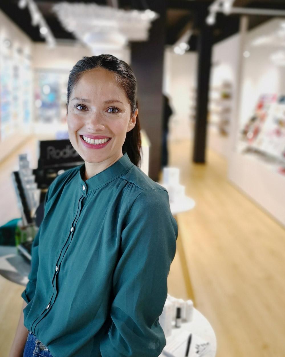 Star-Visagistin und Naturkosmetik-Expertin Lina Hanson verrät die besten Tipps für einen schönen Teint.