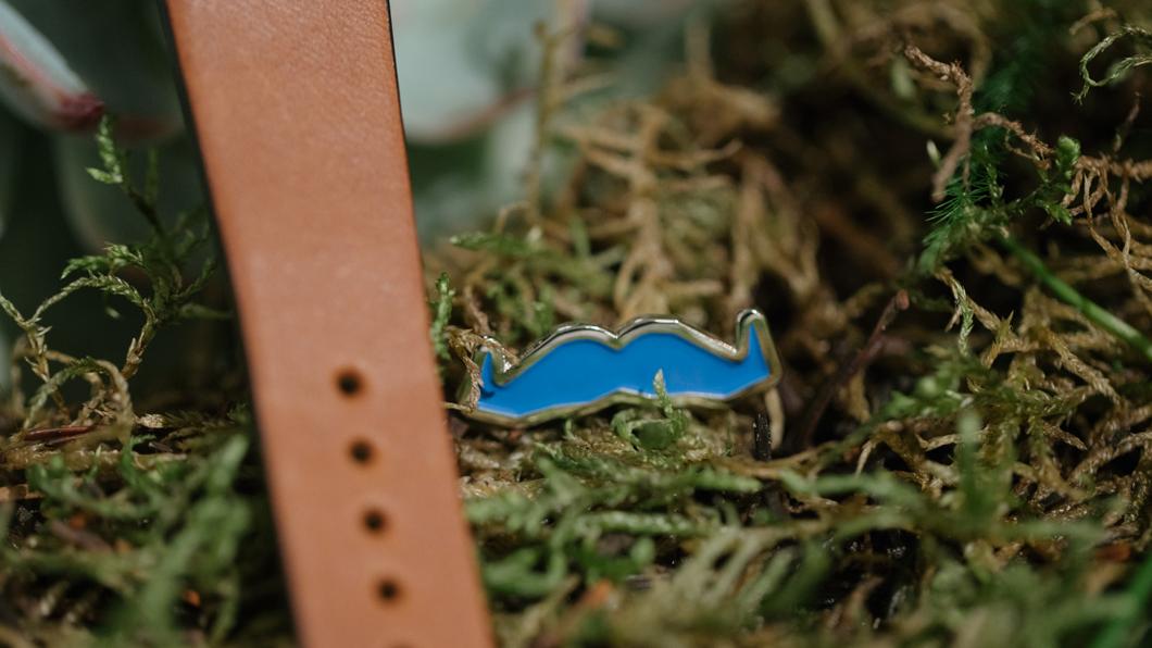 Mit Uhr und Schnauz für die gute Sache: Alles, was Du über Movember wissen musst