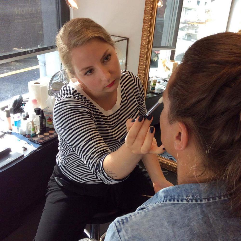 Makeup Artist Sandra Gimmel verrät auf sonrisa ihre besten Schmink-Tricks.