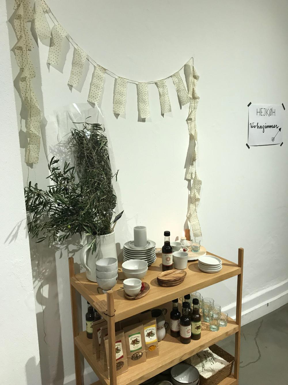 HEJKØH nennt sich das neue Lifestyle-Mekka in Basel, welches die beiden Begründerinnen Daniela Witzig und Claudine Kuhn-Köhler mit «ein bisschen Concept Store, ein bisschen Café, ein bisschen Boutique, ein bisschen Wohnzimmer und ein bisschen Atelier» umschreiben.