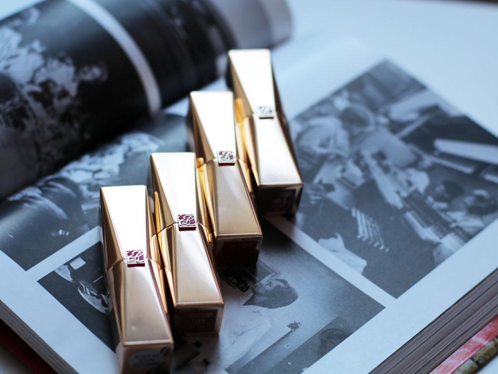 Die Estée Lauder Pure Color Desiree Rouge Excess Lipsticks sind besonders hoch pigmentiert und bringen die Glückshormone von Lippenstift-Fans zu Hüpfen.