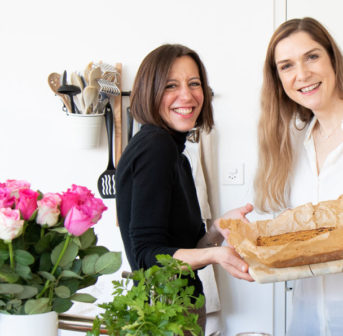 Mrs Flury x sonrisa: Zwei Foodies schwingen den Kochlöffel und zeigen Dir, wie man gesunde Müesliriegel mit Beauty-Bonus macht.