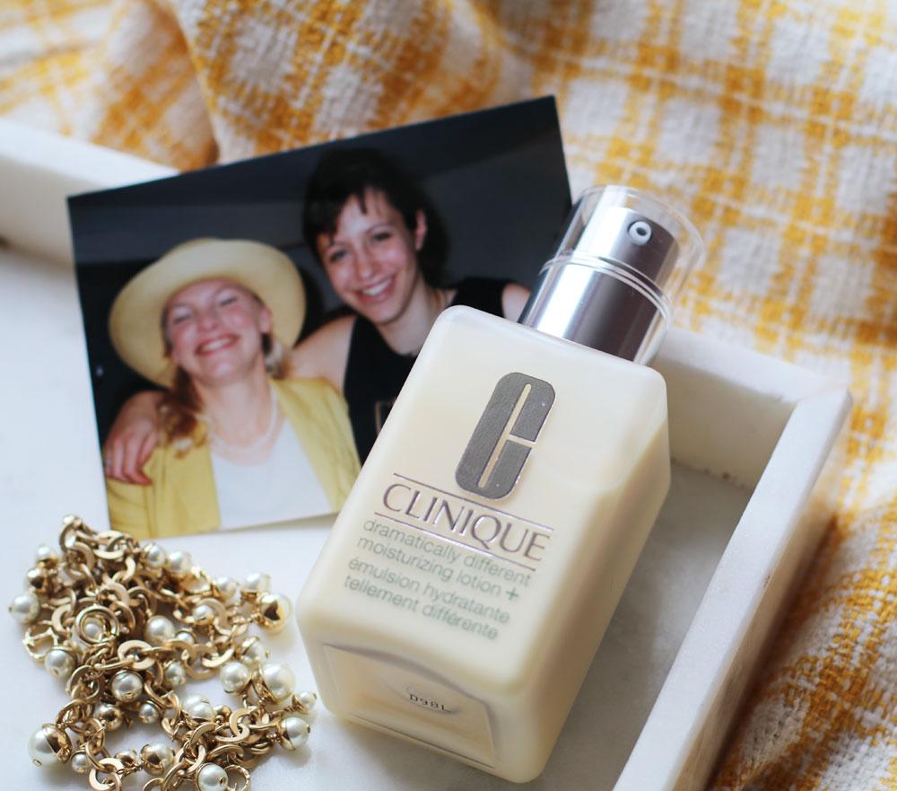 Beauty Ikone in Gelb: Alles, was Du über die legendäre DDML von Clinique wissen musst.