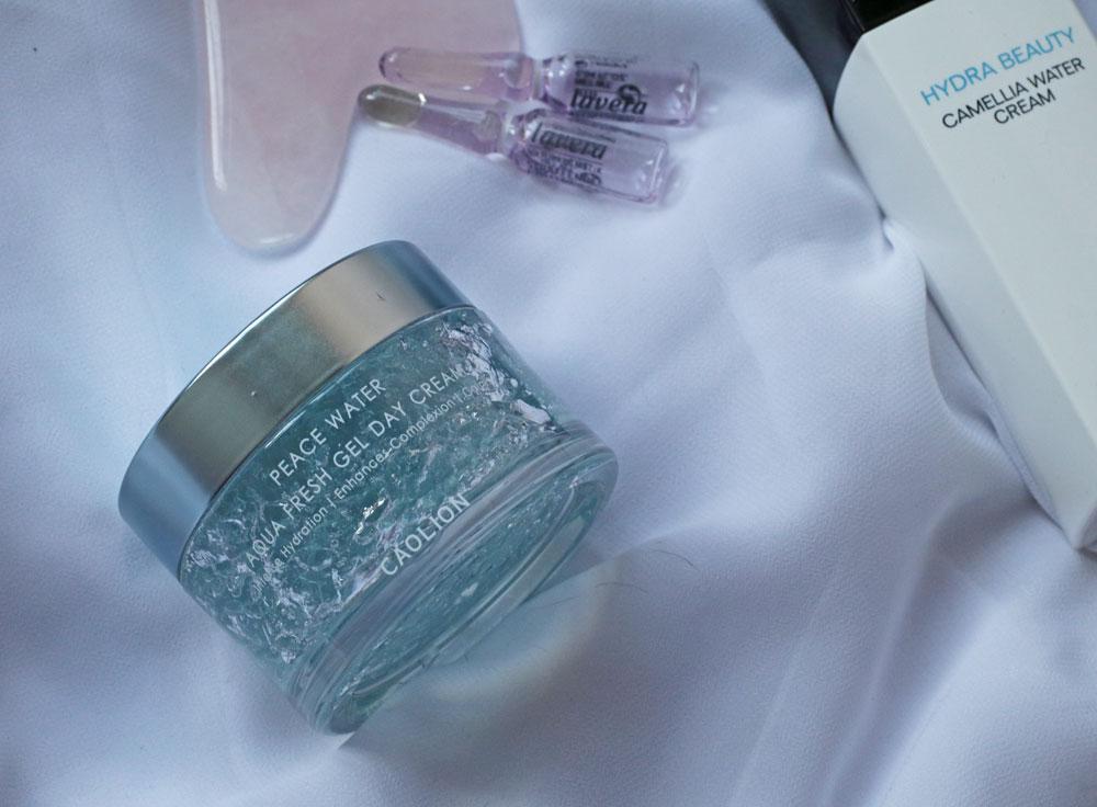 Unsere Haut braucht vor allem: Feuchtigkeit. Und die bekommt sie mit den Pflegeneuheiten von Chanel, Lavera, L' Occitane und Caolion.