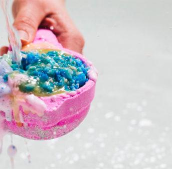 Lush feiert das 30. Jubiläum der Badekugeln und auf sonrisa gibt es aus diesem Anlass die 20 besten Fun Facts über den runden Beauty-Knüller für die Wanne.