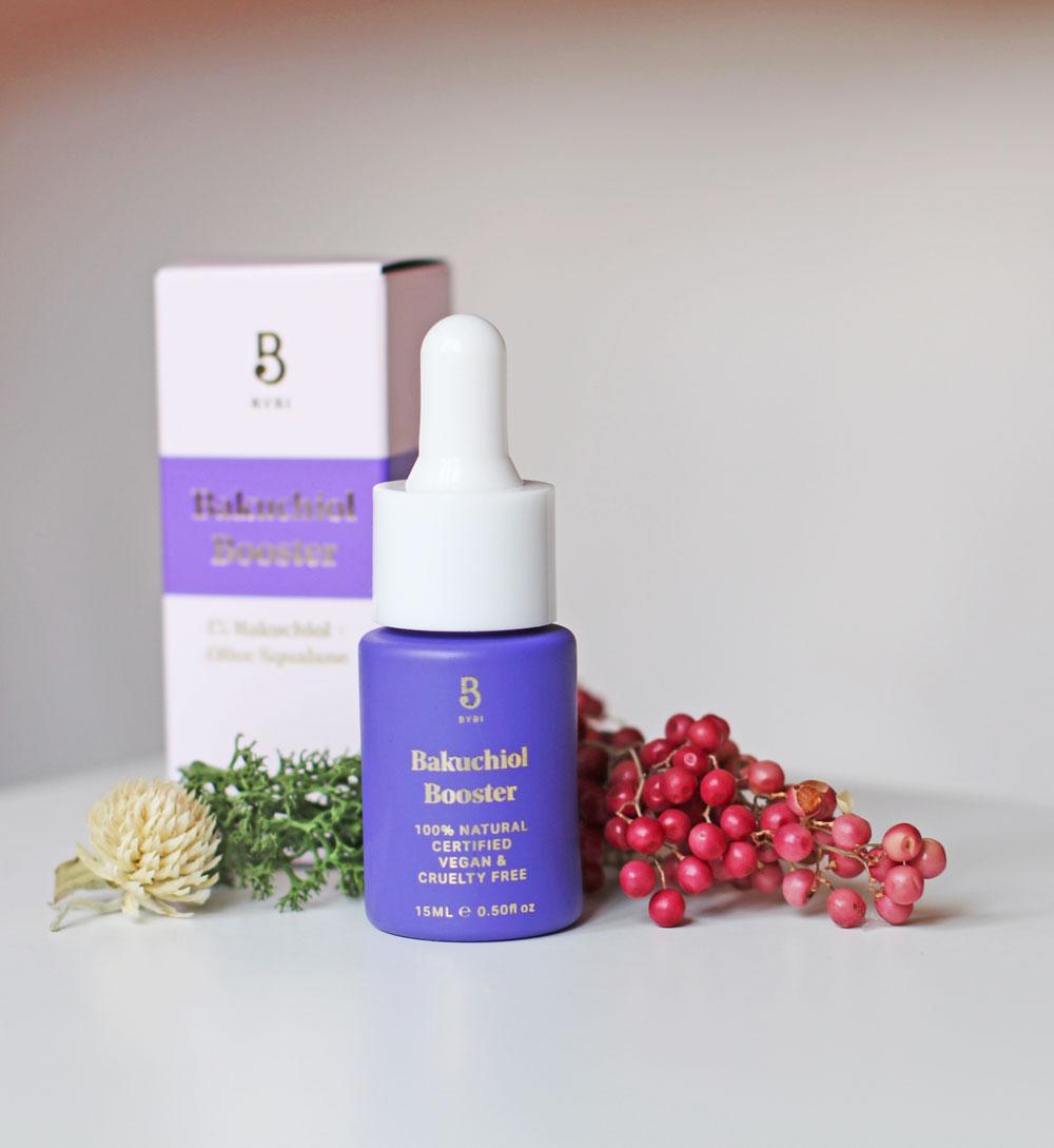 Der neue Booster von Bybi soll dank der natürlichen Retinol-Alternative Bakuchiol zu strahlend schöner Haut verhelfen.