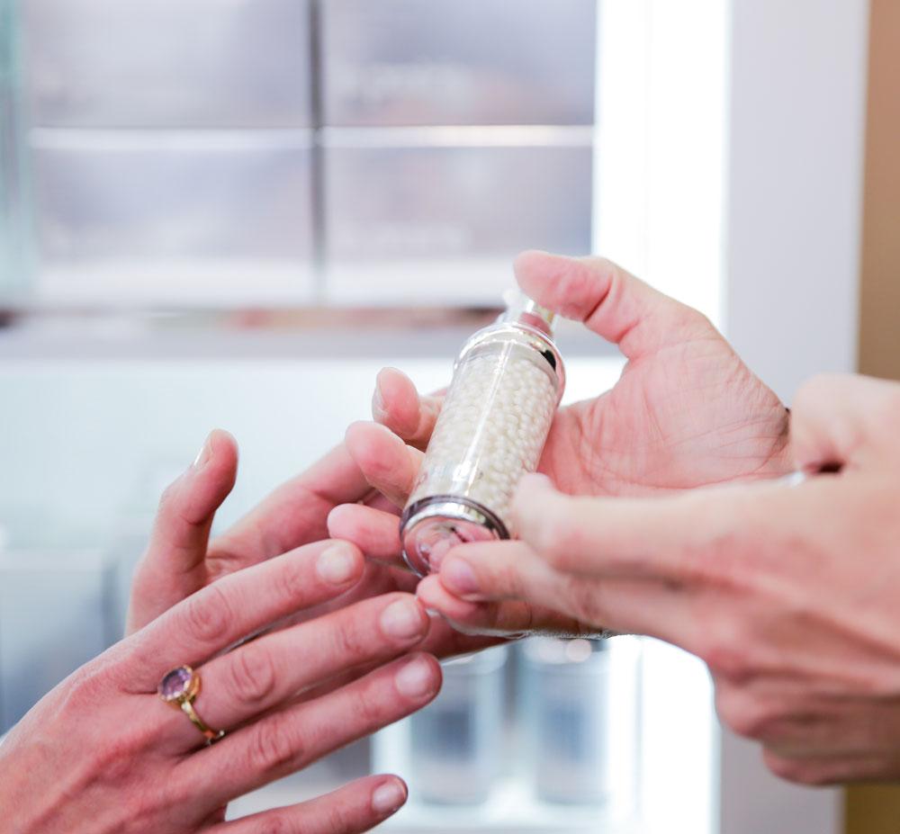 Es werde Licht: Auf sonrisa erklären die Profis von La Prairie, warum das White Caviar Ritual von La Prairie die Haut die Leuchtkraft der Haut nachweislich verbessert.