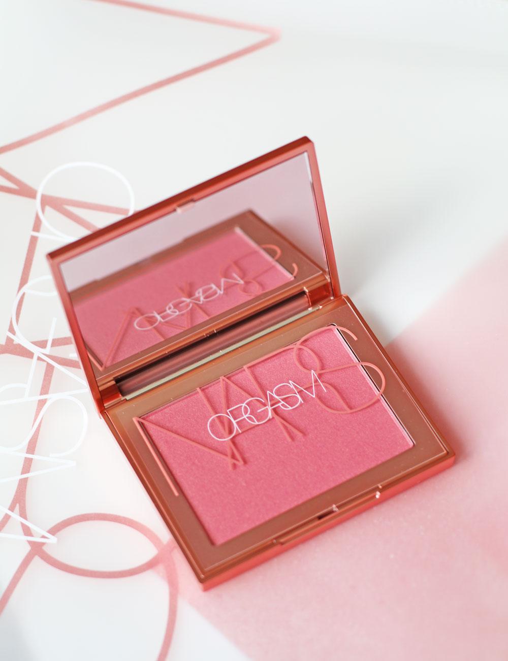 Die Kombination aus anrüchigem (und unverwechselbarem) Namen und hoher Qualität machen den Nars Orgasm seit 20 Jahren zum Must-Have von Makeup-Fans auf der ganzen Welt, darunter viele Promis!