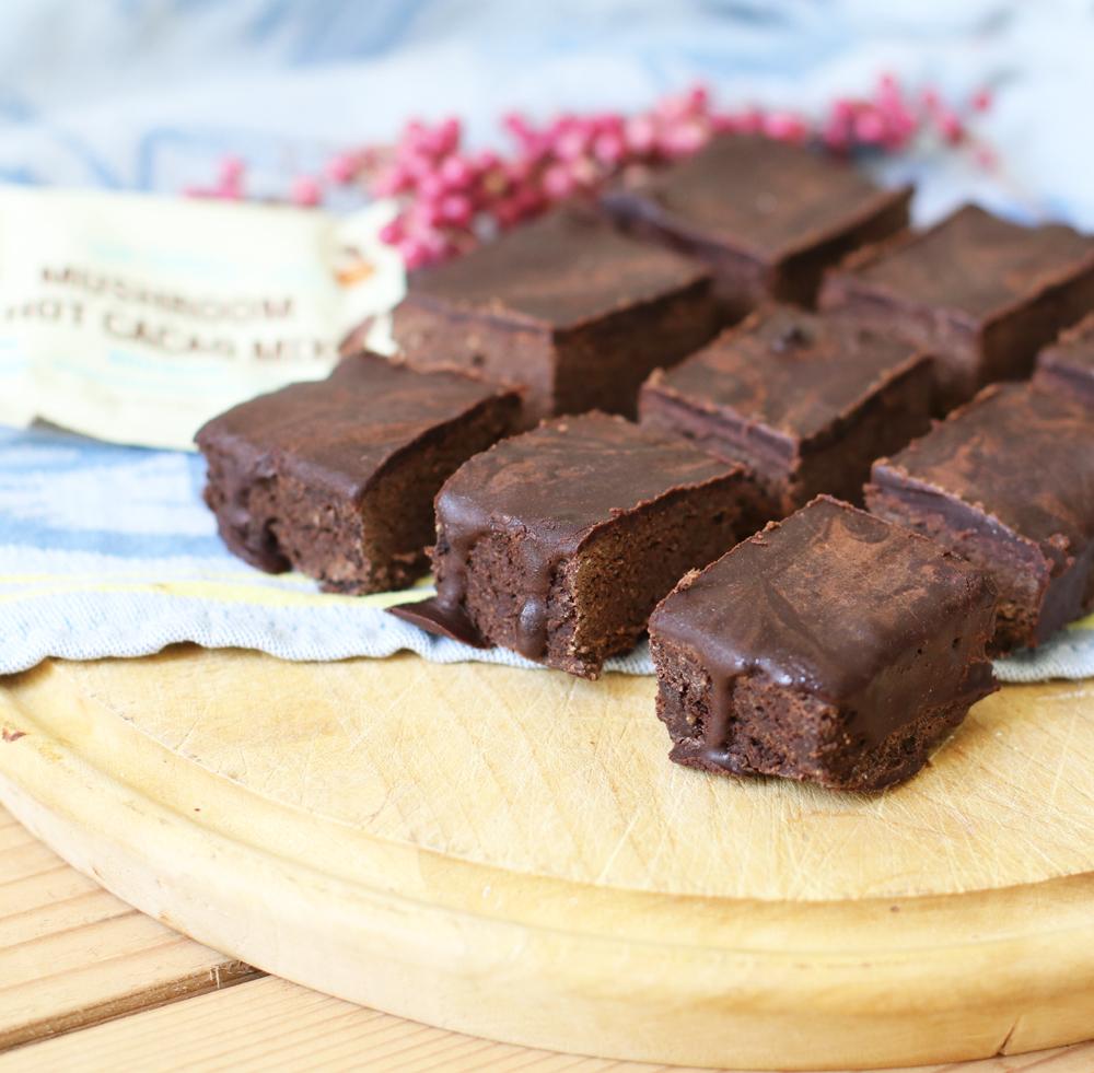 Naschen im Namen der Schönheit? Das geht - mit den veganen Beauty-Brownies à là sonrisa, die unter anderem Heilpilze sowie viele andere kulinarische Hübsch-Macher enthalten.