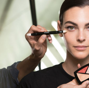 sonrisa nimmt Dich mit in den Beauty-Backstage-Bereich der Haut Couture Show FW 2019 von Chanel.