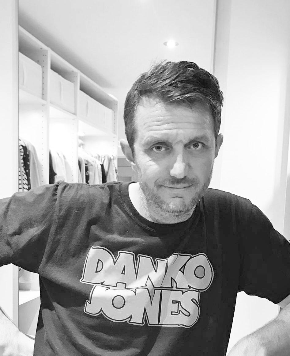 Der gepflegte Mann: Beauty-Held Daniel Ranz testet sich für sonrisa durch spannende Produkte aus dem Kosmetik-Kosmos für Männer wie etwa die Männershampoos von Paul Mitchell und Christophe Robin.