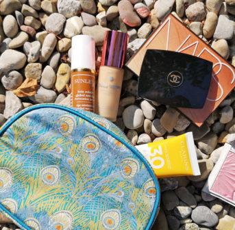 Gastbloggerin Sandra verrät auf sonrisa, welche Makeup-Must-Haves unbedingt ins Necessaire für die Sommerferien 2019 gehören.