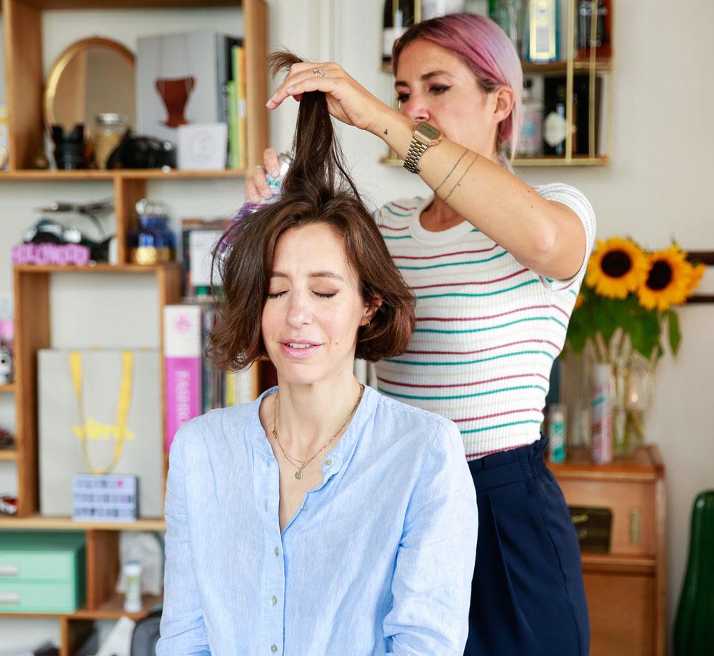 Trockenshampoo kann mehr als nur die fettigen Ansätze auffrischen: Der Beauy-Multitasker lässt sich auch als praktischer Styling-Helfer einsetzen, wie die Frisuren-Hacks auf sonrisa zeigen. Tschüss Bad Hair Days!