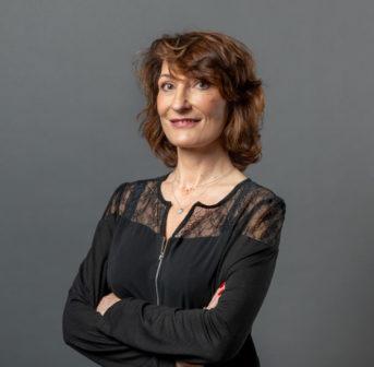 Hautexpertin Dr. Emmanuelle Moirand spricht im exklusiven Interview auf sonrisa unter anderem über die wichtigsten Tendenzen in der Kosmetikbranche, Pflege-Musthaves sowie ihre persönlichen Beauty-Tipps.