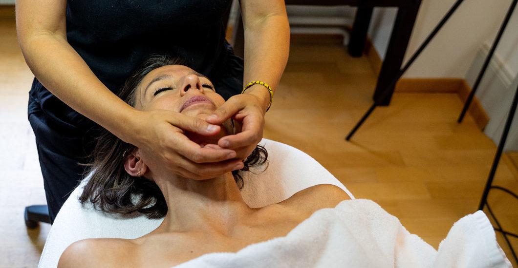 sonrisa recherchiert auf der Liege in der neuen Schminkbar in Luzern und entdeckt während eines herrlichen Facials den Pflege-Brand Pevonia.