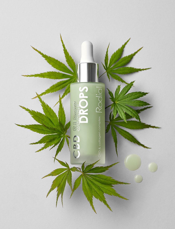 Die neuen Rodial CBD Sleep Drops mit aus Cannabis gewonnenem Cannabidiol sorgen für ein schön entspanntes Hautbild: Ganz legal und ohne Nebenwirkungen.