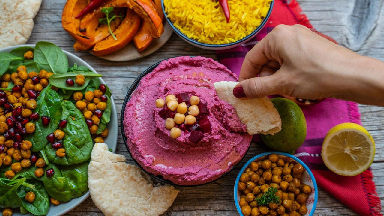 Macht glücklich, schön und schmeckt wunderbar: der Spicy pink Humus à là sonrisa nach einem abgewandelten Rezept von der Migusto Kitcheria in Zürich.