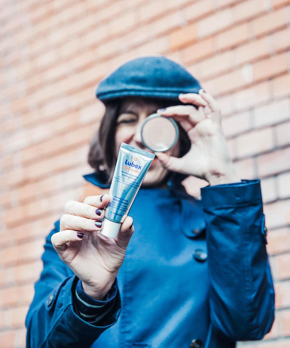 Mit Hilfe von Pflege-Profis geht sonrisa einer neuen Produkte-Kategorie auf den Grund: dem Peeling Serum.