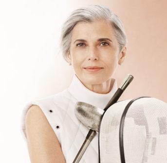 Clarins-Botschafterin und Profi-Sportlerin Claudia Maria Ferreira da Costa spricht im Interview mit sonrisa über echte Schönheit und warum Alter nur eine Nummer ist.