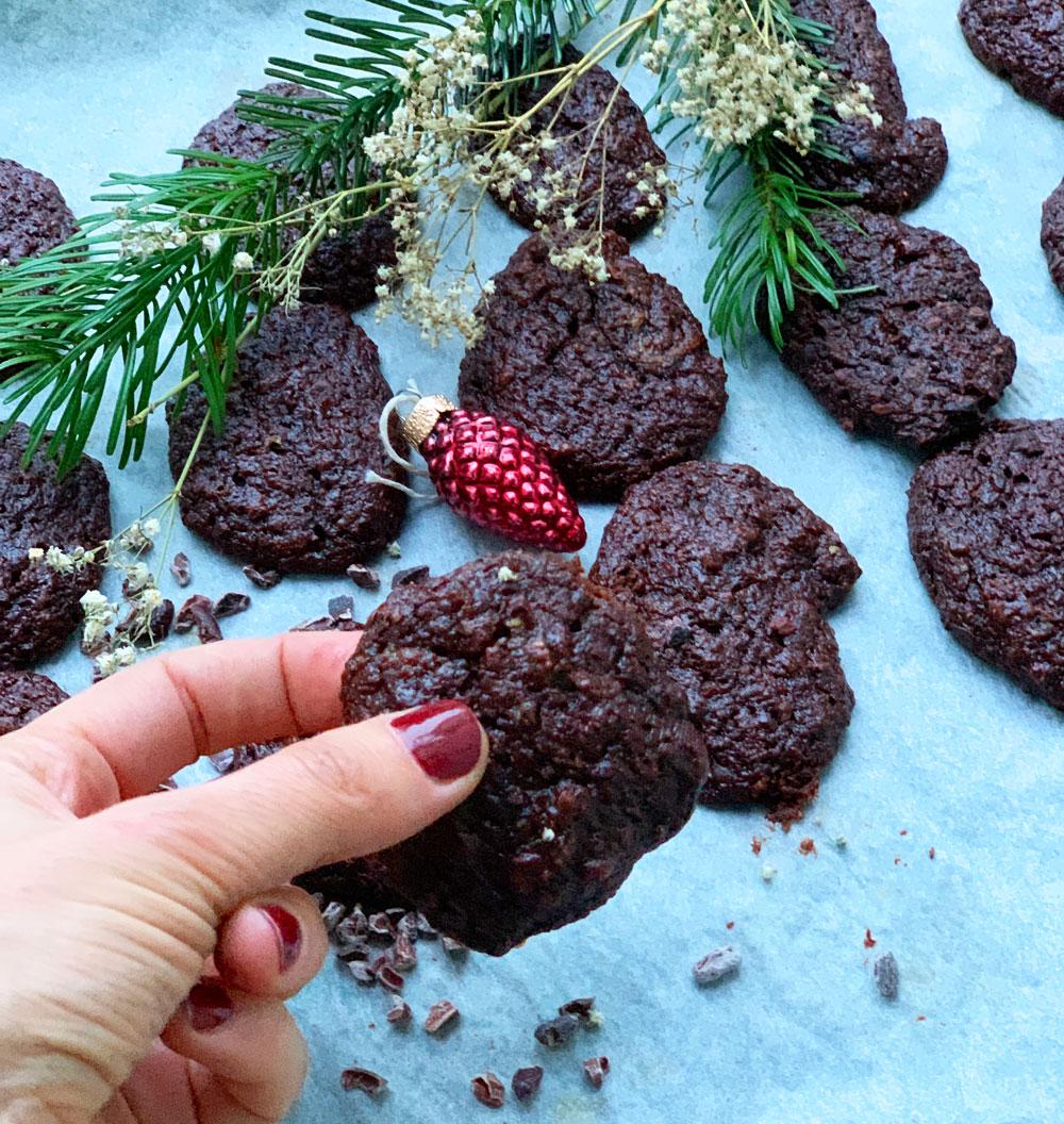 Sie sind schnell gemacht, vegan, ohne Zucker, voller gesunder Schönmacher - und unglaublich lecker: die Schoko-Erdnuss-Bananen-Cookies à là sonrisa.