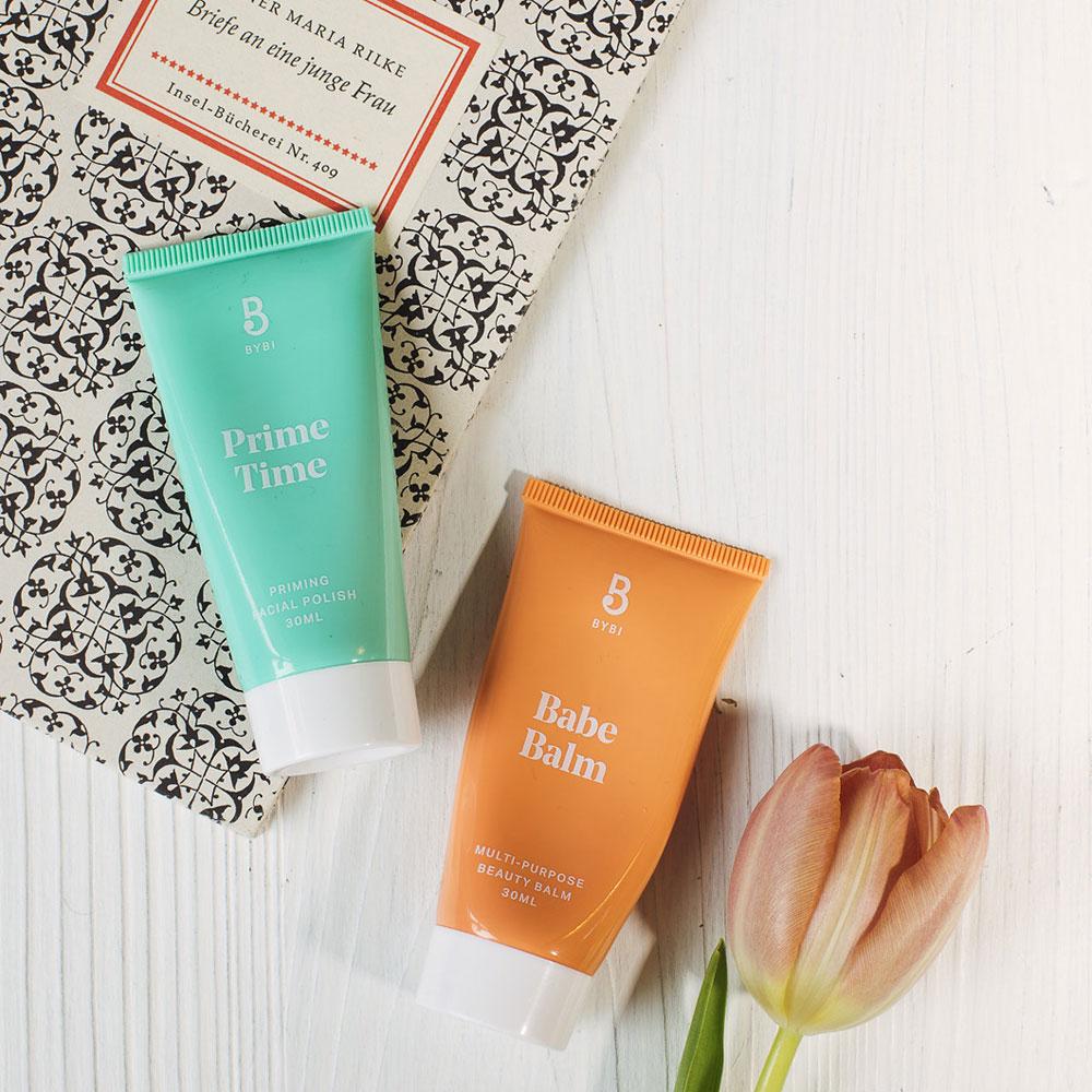 Schnell und effizient: In der Rubrik Beauty-Quickie stellt sonrisa praktische Kosmetik-Produkte vor, mit denen sich wertvolle Zeit einsparen lässt - wie etwa mit dem ByBi Prime Time Polish, der auch als Flash Maske genutzt werden kann.