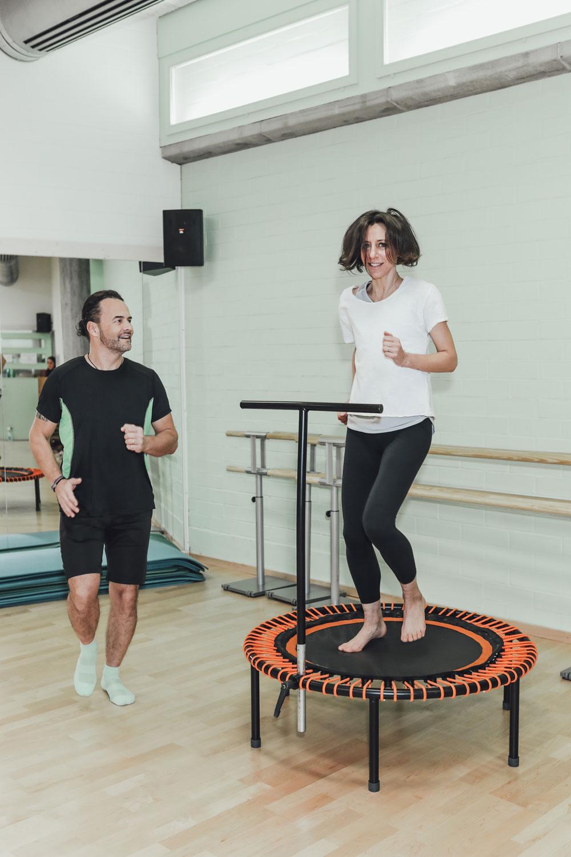 Bloggerin und sonrisa-Begründerin Katrin Roth testet die Trendsportart Fitness Trampolin und findet schnell heraus, dass das Hüpfen auf dem Trampolin zwar anstrengend ist, aber sehr glücklich und nebenbei auch schön macht –  ganz nach dem sonrisa-Motto «because happy girls are the prettiest».