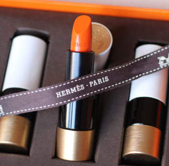 Am Tag der Lancierung von Rouge Hermès erfährst Du auf sonrisa alle wichtigen Fakten über die neue Beauty-Linie des französischen Traditionshauses.
