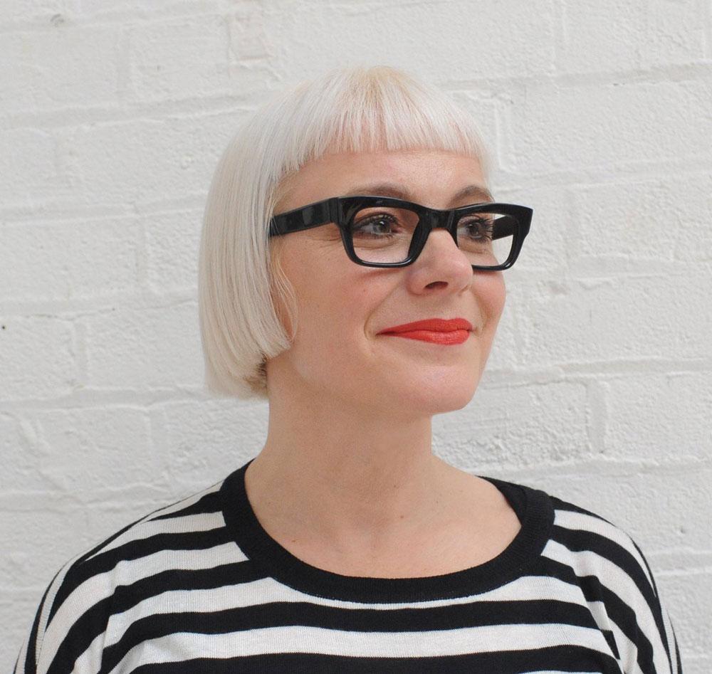 Auf sonrisa gibt es einen Sneak peek auf die limitierte Bobbi Brown x Morag Myerscough Kollektion sowie die wichtigsten Fakten zu dieser spannenden Künstlerin.