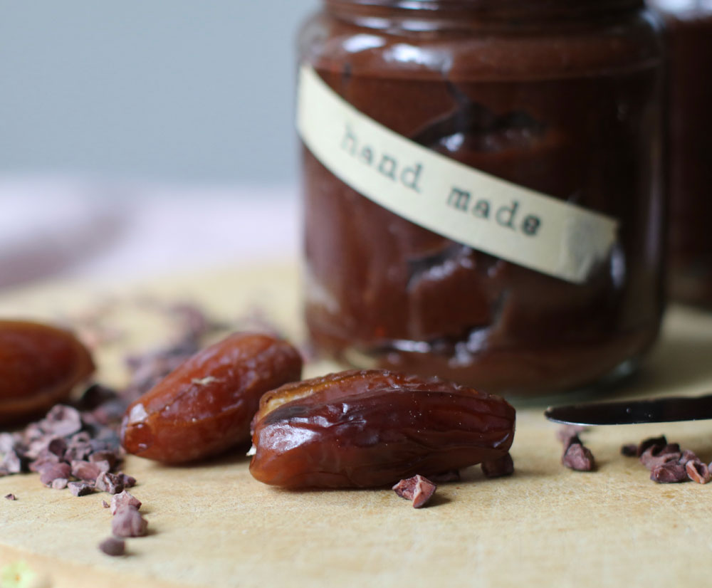 Macht glücklich, schön und schmeckt wunderbar: der zuckerfreie und gesunde Crunchy-Schokoladen-Aufstrich à là sonrisa.
