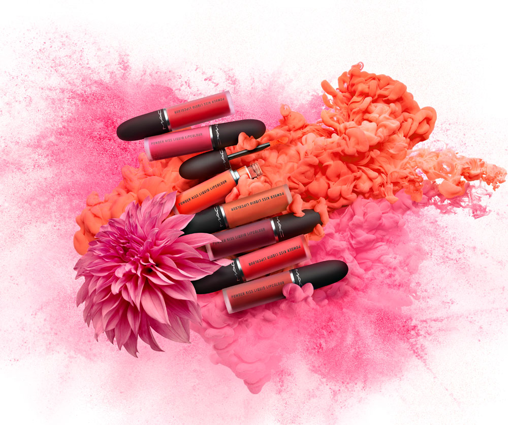 Mac erweitert die legendäre Powder KissSerie um flüssige Lippenstifte sowie pudrig-crèmige Lidschatten.