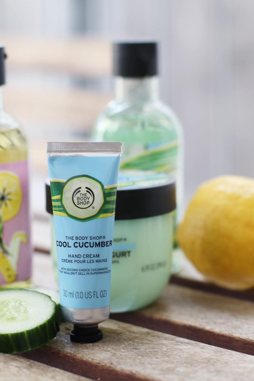 Stay cool and win: sonrisa verlost die neuen, limitierten Sommerkollektionen Cool Cucumber und Zesty Lemon von The Body Shop.