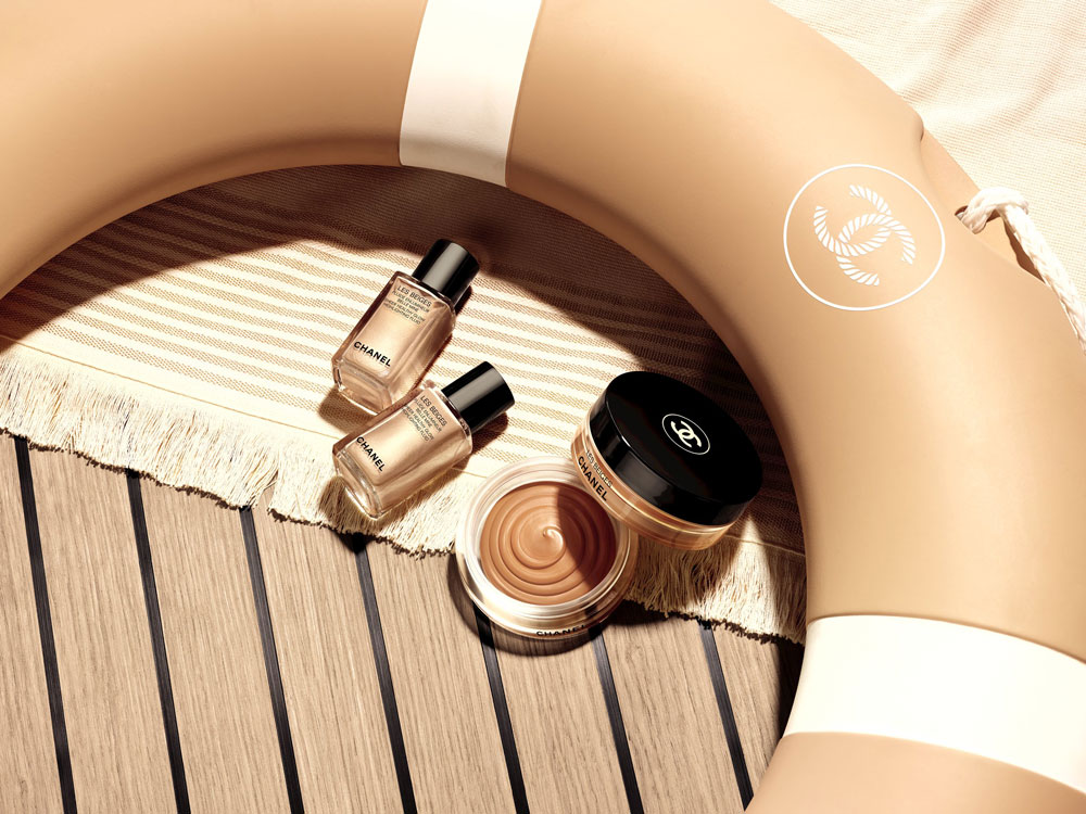 Die Produkte der Sommerkollektion Chanel Les Beiges Summer of Glow bringen einen Hauch von Jet-Set-Glamour in unser Bad.