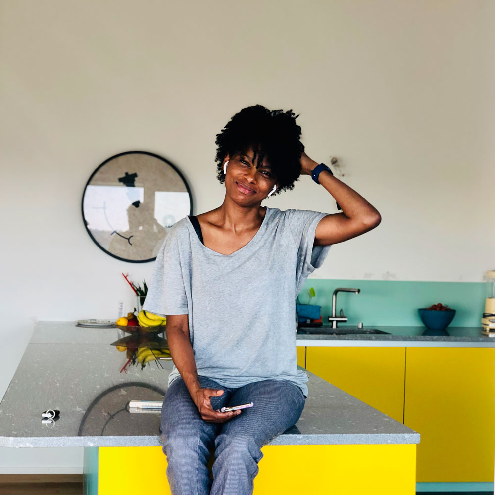 Rosa Maria ist die Begründerin der Online-Boutique lockenkopf.ch. Auf sonrisa erzählt sie von ihrem Werdegang zur Beauty-Unternehmerin und warum Locken ein Statement sein können.