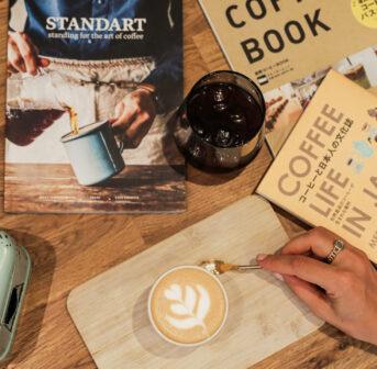Um das Fernweh zu lindern und gleichzeitig die Vorfreude auf die nächste Reise in den Osten zu feiern, gibt es auf sonrisa exklusive Insider-Tipps zur Kaffee-Kultur in Japan, die man übrigens auch in der Schweig geniessen kann.