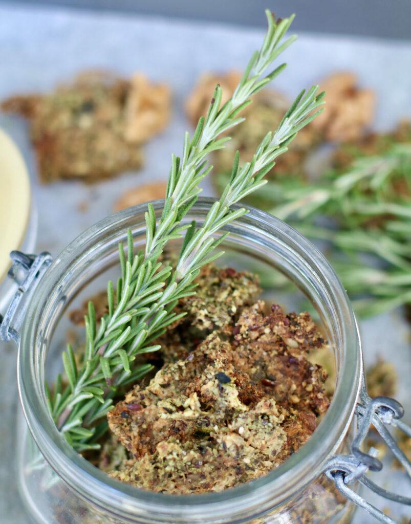Snacken im Namen der Schönheit? Das geht ganz einfach mit den Rosmarin Zucchini Crackern à là sonrisa.
